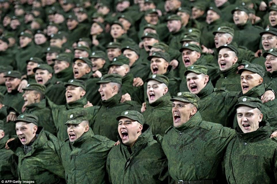 Русские солдаты болеют за команду своего города.