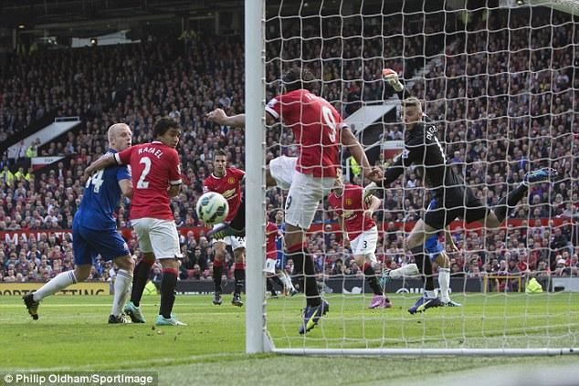 Фалькао выбивает мяч с линии ворот и спасает команду от гола.