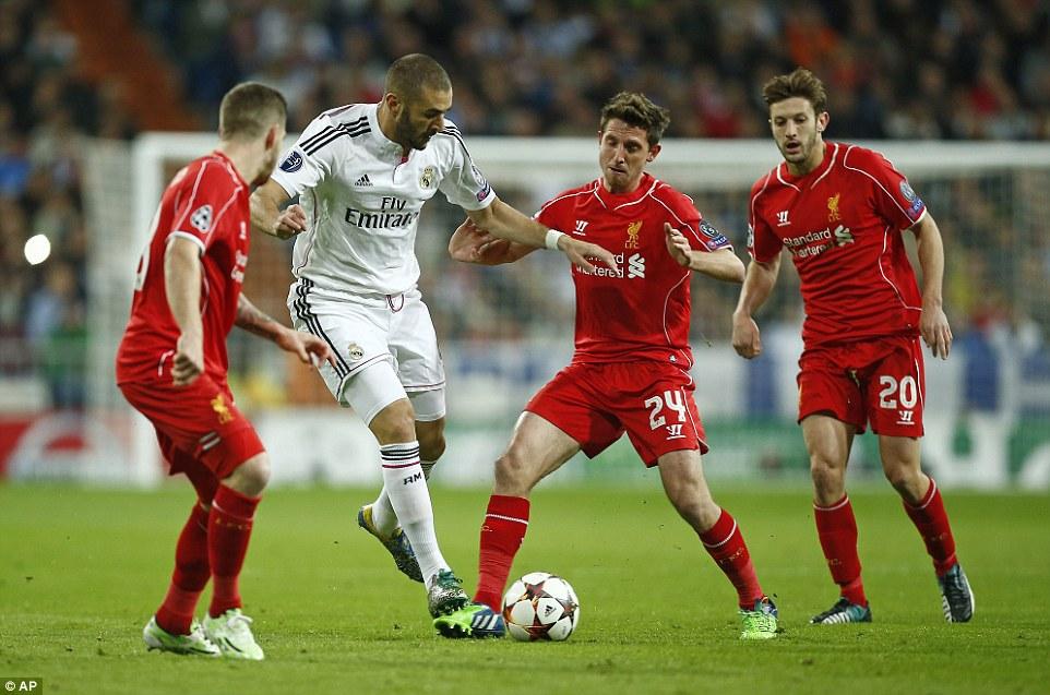 Карим Бензема в окружении каких-то трех футболистов