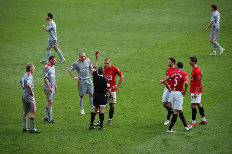 Март 2009 года. Неманья Видич получает красную карточку в игре против «Ливерпуля». «Юнайтед» проигрывает 1:4