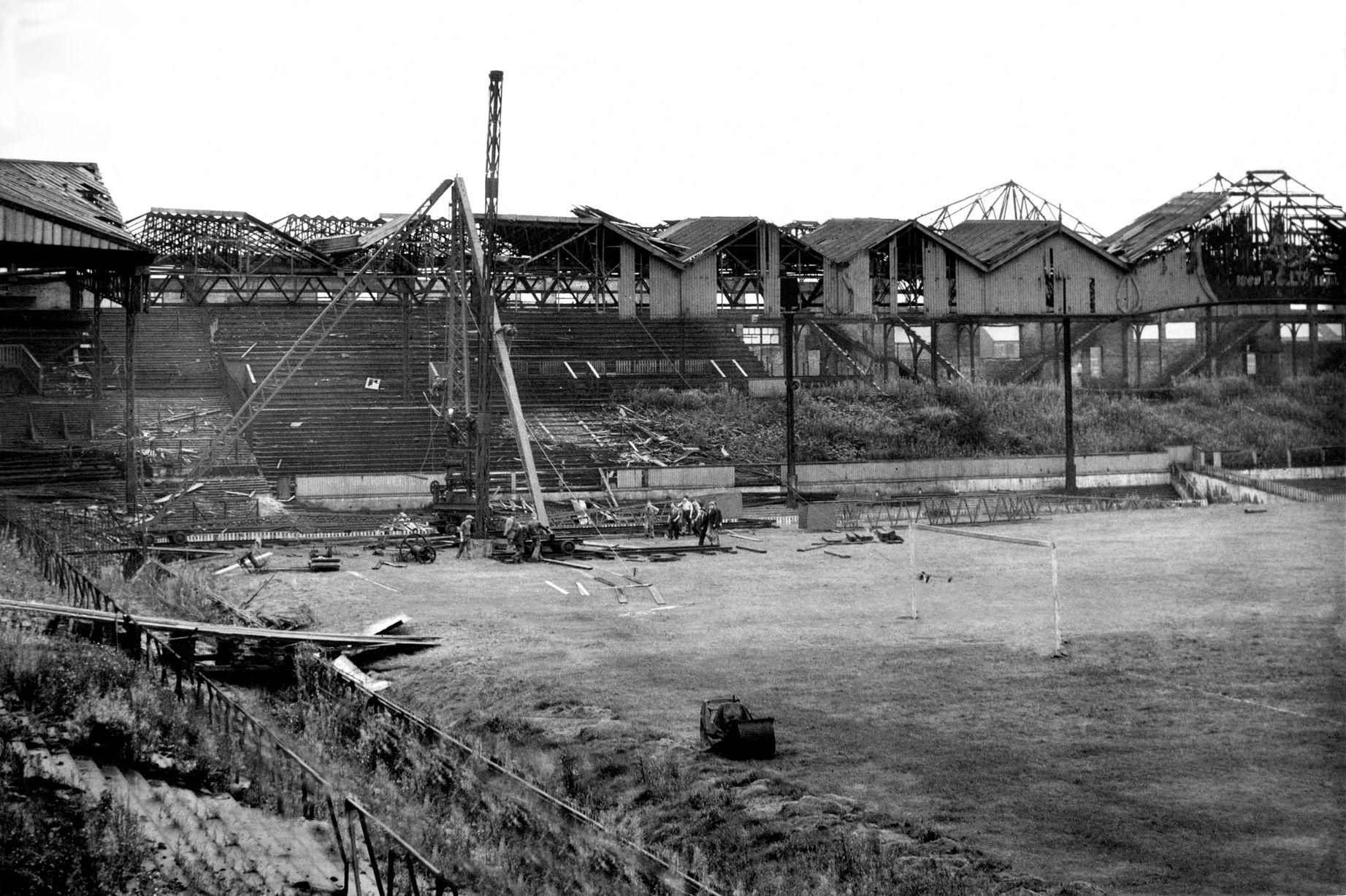 1945: Бомба повредила стадион. Снимок сделан после окончания Второй мировой войны.