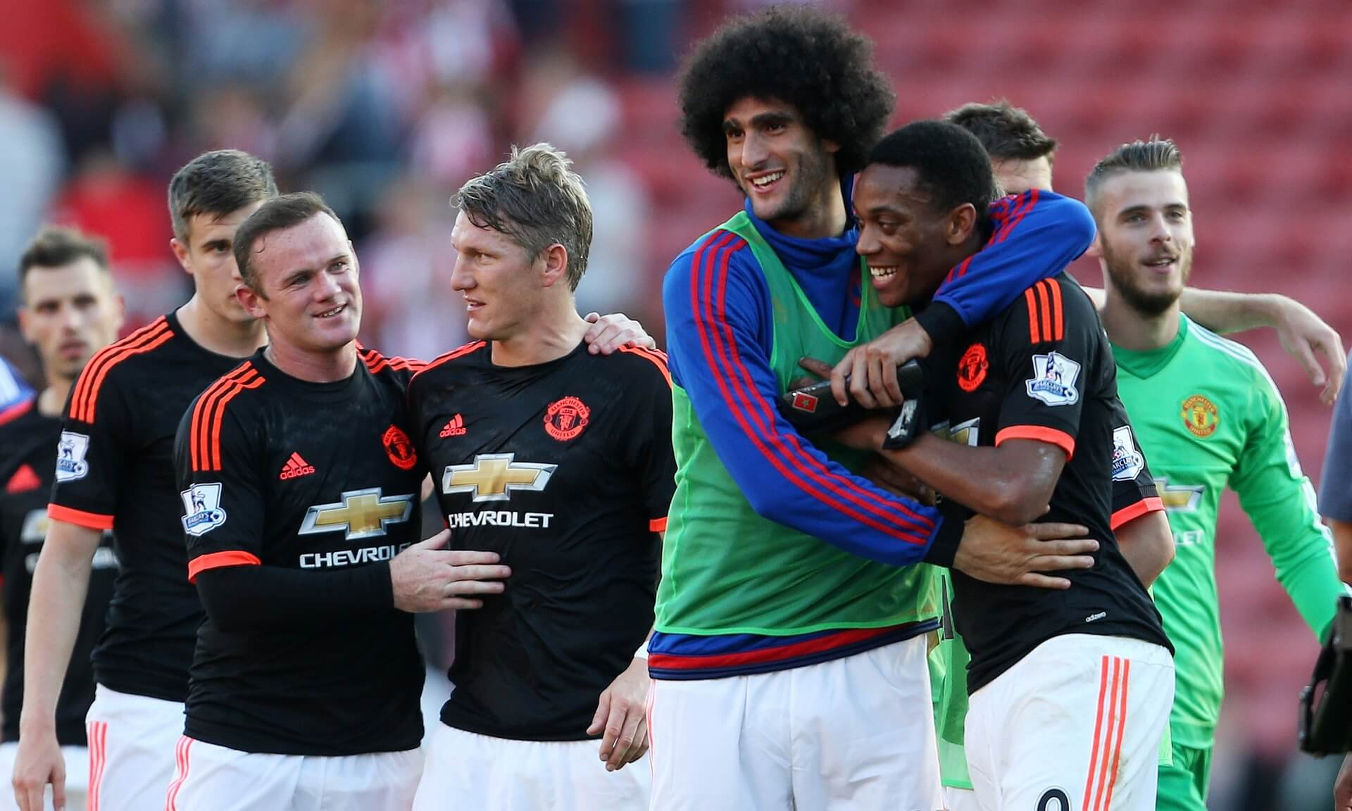 """Игроки """"Юнайтед"""" поздравляют друг друга после победы 3:2 над """"Саутгемптоном"""""""