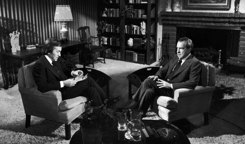 Дэвид Фрост берет интревью у Ричарда Никсона.