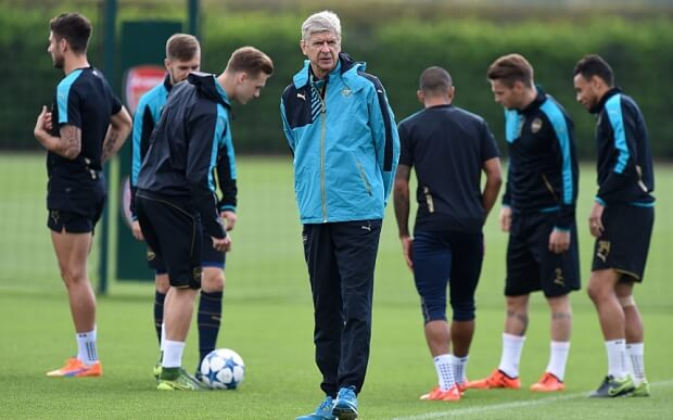 epa04954037 Arsenal manager Arsene Wenger (C) with his players during a training session at Arsenal's training complex in London Colney, Hertfordhshire, London, Britain, 28 September 2015. Arsenal plays Olympiacos of Greece in a Champions League group stage match in London on 29 September. EPA/ANDY RAIN