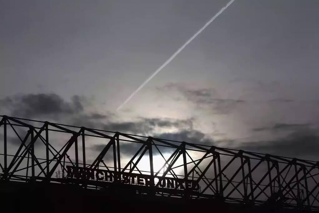 Небо над «Олд Траффорд» стало темным еще до матча.