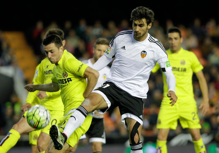 Villarreal's Serbian defender Antonio Rukavina (L) vies with Valencia's Portuguese midfielder Andre Gomes during the Spanish league football match Valencia CF vs Villarreal CF at the Mestalla stadium in Valencia on May 1, 2016. / AFP / JOSE JORDAN (Photo credit should read JOSE JORDAN/AFP/Getty Images)