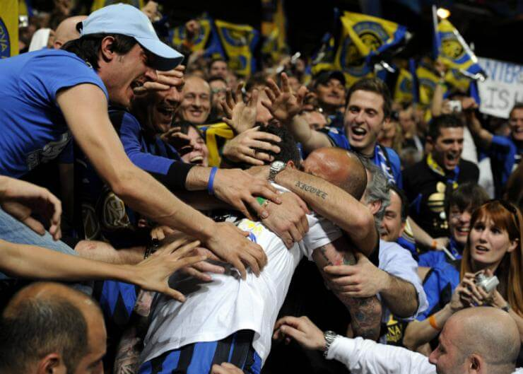 materazzi_engulfed_by_fans