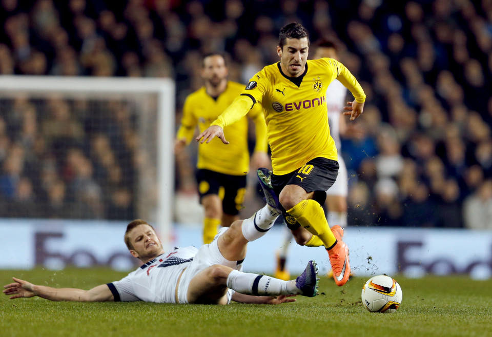 Dortmund's Henrikh Mkhitaryan, right, and Tottenhams Eric Dier, left, challenge for the ball during the Europa League round of 16 second leg soccer match between Tottenham Hotspur and Borussia Dortmund in London, Great Britain, Thursday, March 17, 2016. (AP Photo/Frank Augstein)