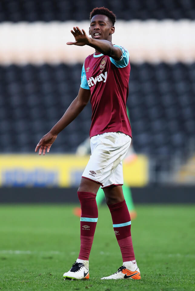 HULL, ENGLAND - MAY 04: Reece Oxford of West Ham in action during the Second Leg of the Premier League U21 Cup Final at the KC Stadium on May 04, 2016 in Hull, England. (Photo by Matthew Lewis/Getty Images)