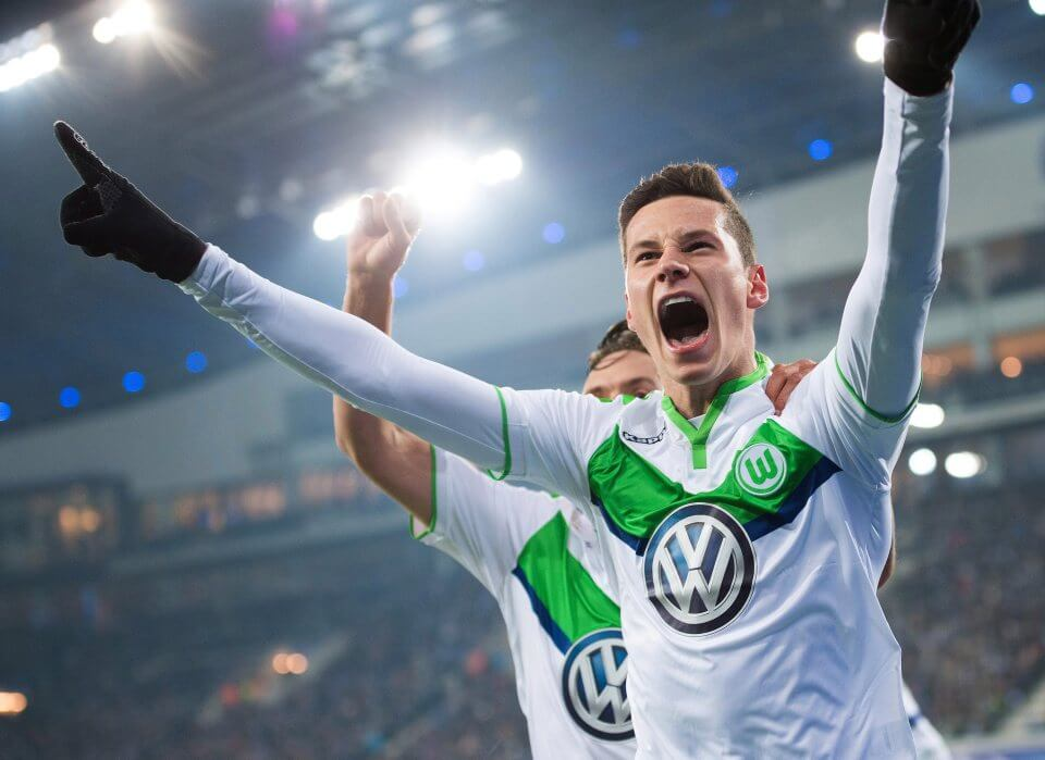 epa05167044 Wolfsburg's Julian Draxler celebrates after scoring the 1-0 lead during the UEFA Champions League Round of 16 match between KAA Gent and VfL Wolfsburg, at Ghelamco Arena stadium in Ghent, Belgium, 17 February, 2016. EPA/MARIUS BECKER