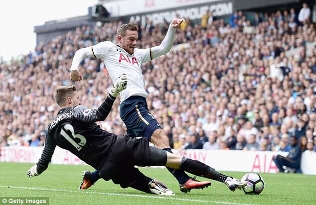 376D32BD00000578-0-Vincent_Janssen_making_his_first_Spurs_appearance_at_White_Hart_-a-1_1471810955322