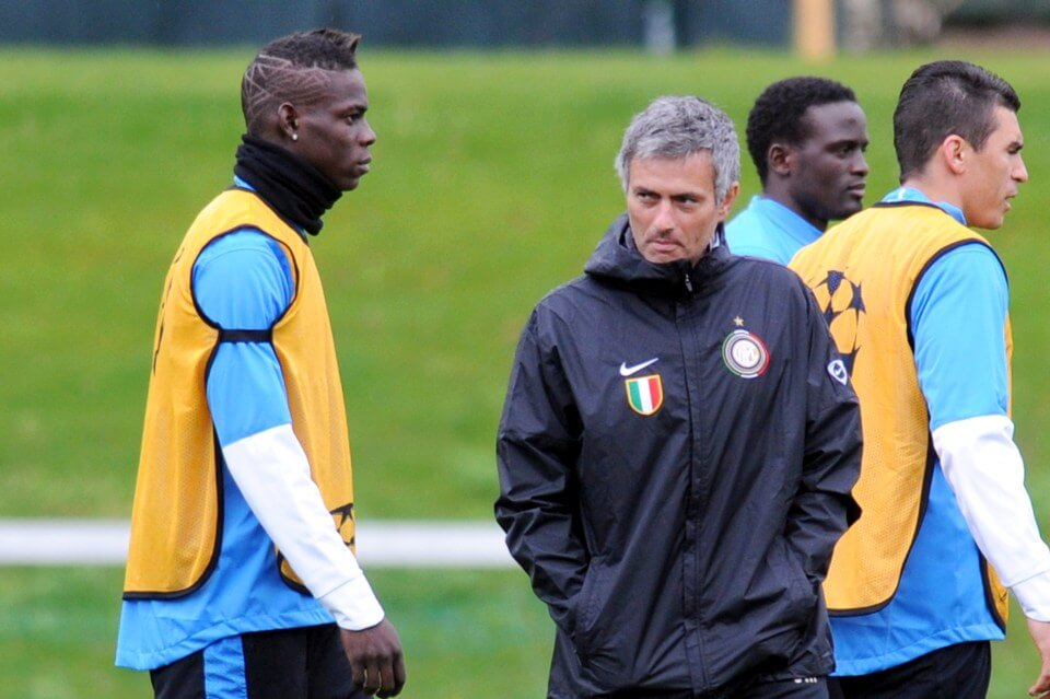 "Inter Milan's Portuguese coach Jose Mourinho (R) looks at forward Mario Balotelli during the team's official training session at ""la Pinetina"" in Appiano Gentile on April 27, 2010 on the eve of the Champions League football match against Barcelona FC. AFP PHOTO / GIUSEPPE CACACE (Photo credit should read GIUSEPPE CACACE/AFP/Getty Images)"