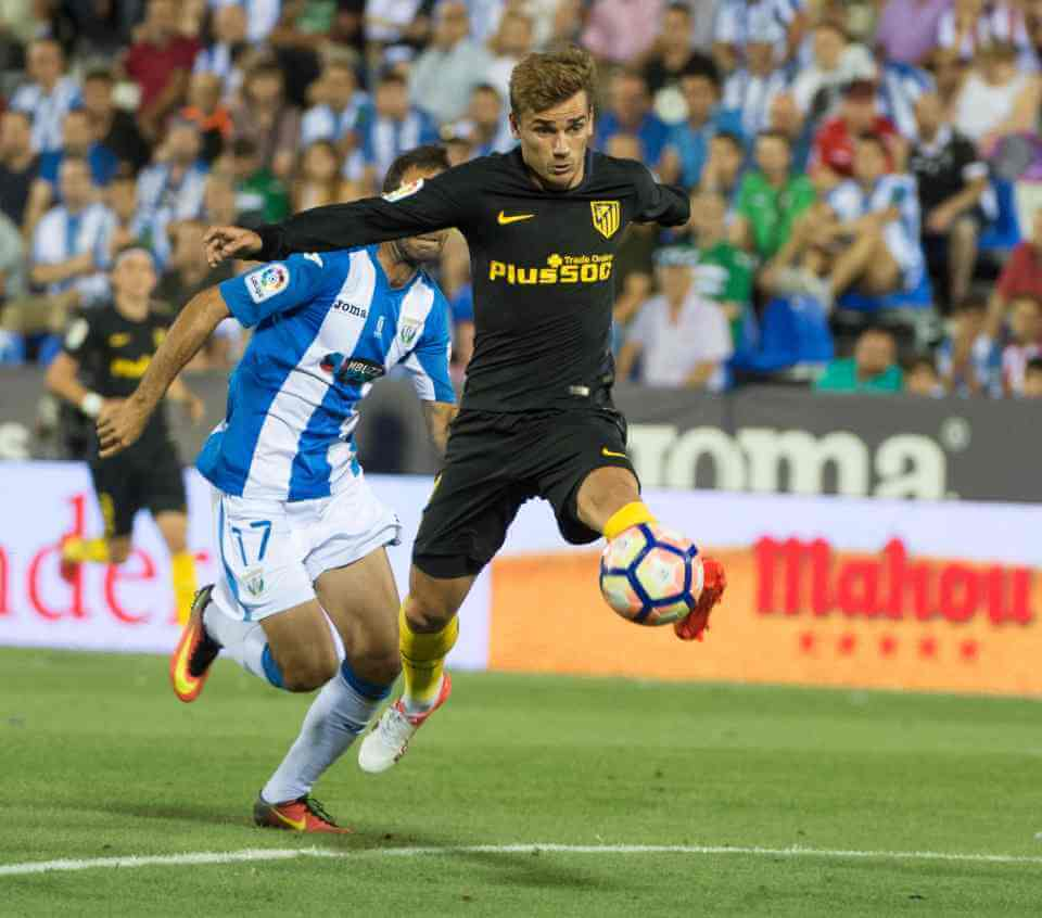 Atletico Madrid's French forward Antoine Griezmann controls the ball during the Spanish league football match Club Deportivo Leganes SAD vs Club Atletico de Madrid at the Estadio Municipal Butarque in Leganes on the outskirts of Madrid on August 27, 2016. / AFP PHOTO / CURTO DE LA TORRECURTO DE LA TORRE/AFP/Getty Images