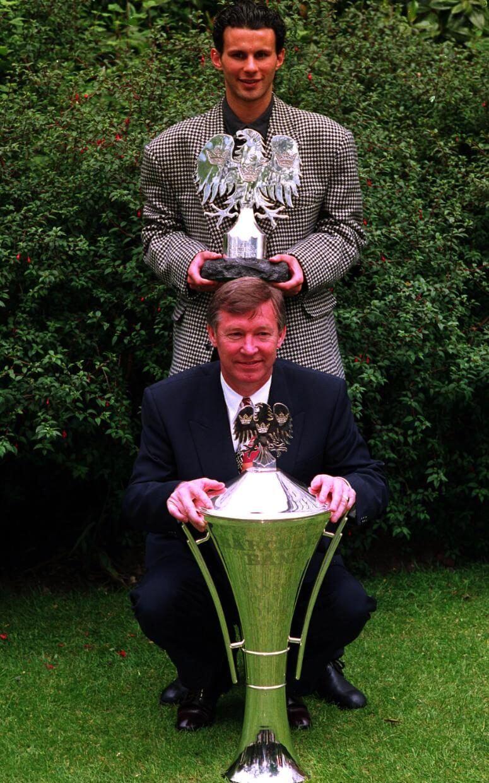 Райан Гиггз с наградой лучшему молодому игроку и его наставник с наградой лучшему менеджеру. 1993 год.