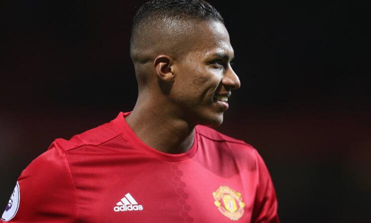 Валенсия останется в«Манчестер Юнайтед» еще наодин год